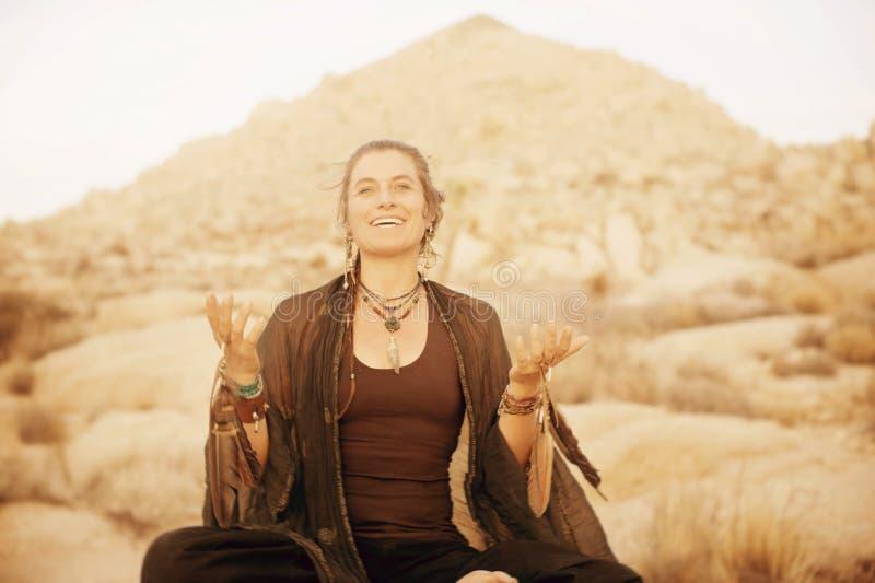 Curandeiro alegre Woman Singing do deserto foto de stock royalty free