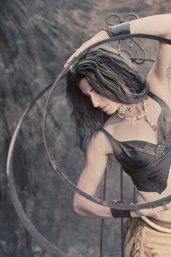 Curandeiro tribal moderno Priestess Woman foto de stock royalty free