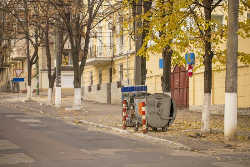 Curbsidewiederverwertungsbehälter, leere Straße in der alten Stadt lizenzfreie stockfotos