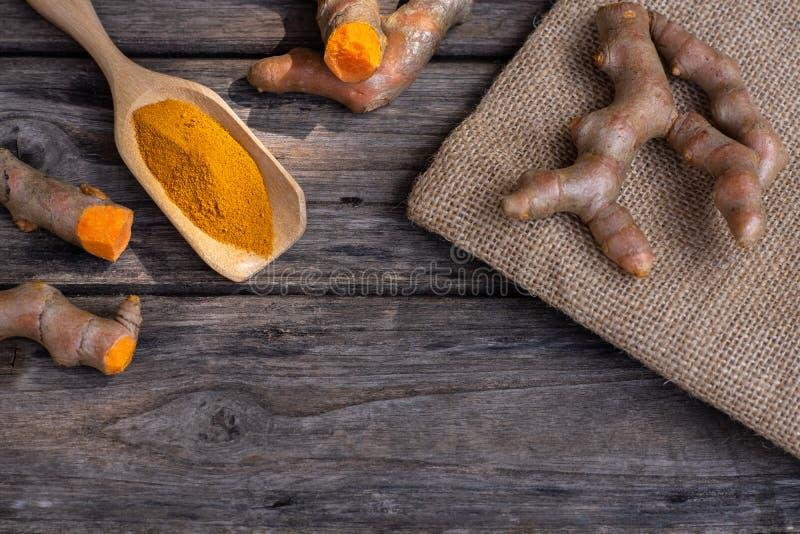 Curcumine fra?che de safran des indes et de poudre sur le vieux fond en bois photos stock