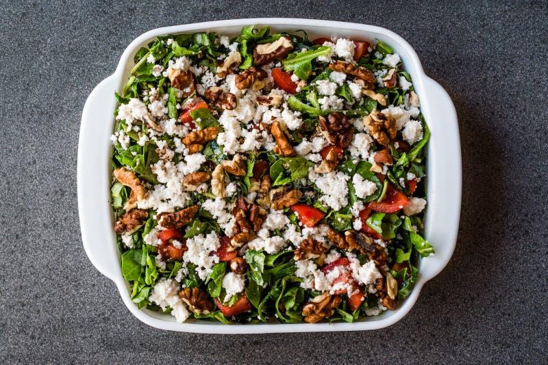 Curd Cheese Salad mit Walnuss, Arugula Rucola oder Rocket Leaves/Häuschen-Salat stockbilder