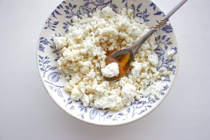 Curd crumbly w talerzu na białym tle zdjęcia royalty free