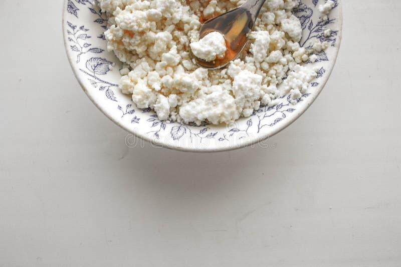 Curd crumbly w talerzu na bielu obraz stock