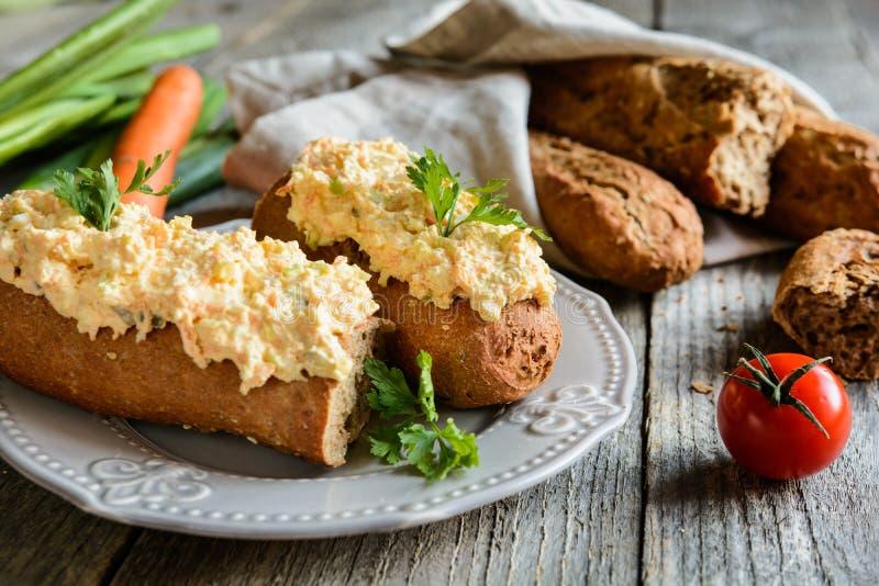 Curd rozszerzanie się z jajkami, marchewką, zieloną cebulą, kiszonym ogórkiem i majonezem, zdjęcie stock