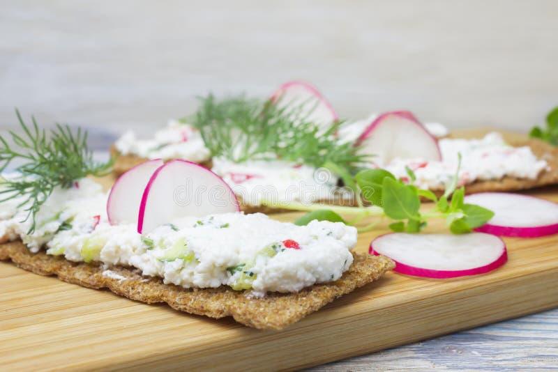 Curd ziele i kanapki Fotografia krakers, chrupiąca żyto chleba grzanka z chałupa serem dekorował z rzodkwią, ogórkiem i koperem, obrazy royalty free