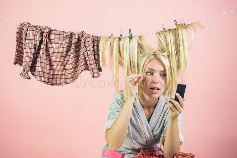 Cure della casalinga o della domestica circa la casa Mamma a funzioni multiple Realizzare le funzioni differenti della famiglia r fotografia stock