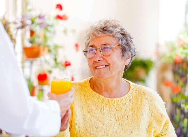 Cure domiciliari anziane immagine stock libera da diritti