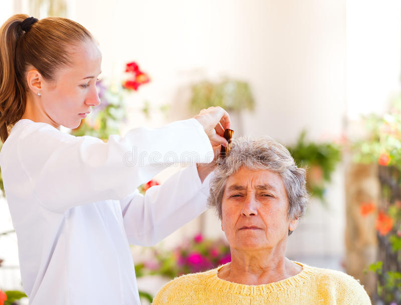 Cure domiciliari anziane immagine stock