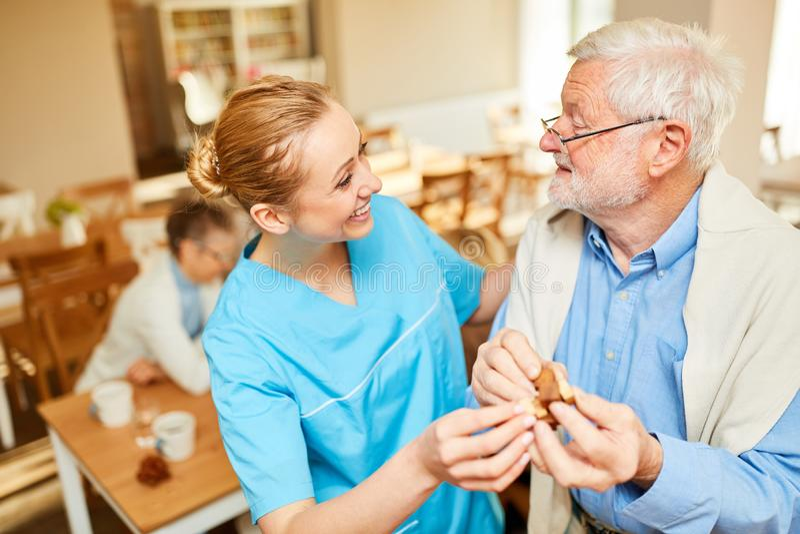 Cure domiciliari di cura senior con demenza fotografia stock