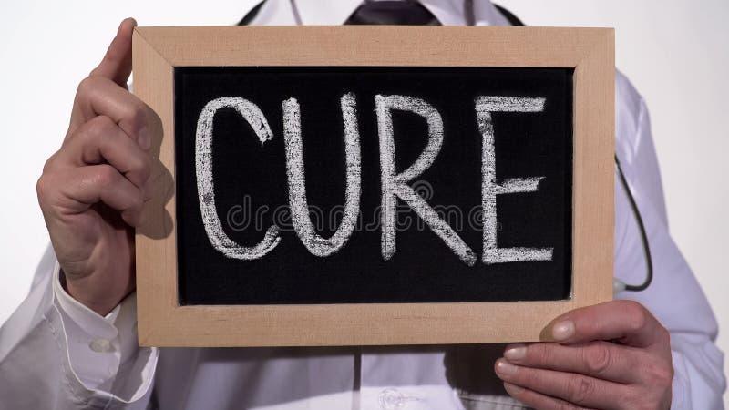 Curi scritto sulla lavagna in mani del terapista, metodo di trattamento innovatore fotografia stock libera da diritti