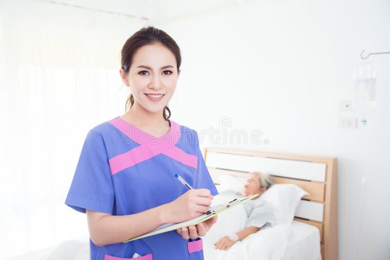 Curi sorridere con il paziente senior che dorme sul letto fotografie stock libere da diritti