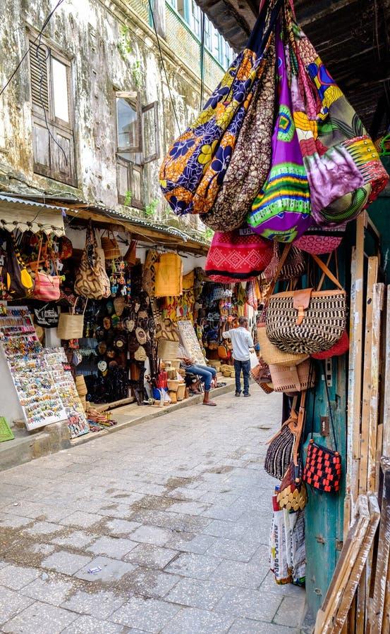 Curio Shops in den Straßen von Stone Town Sanzibar lizenzfreie stockfotos