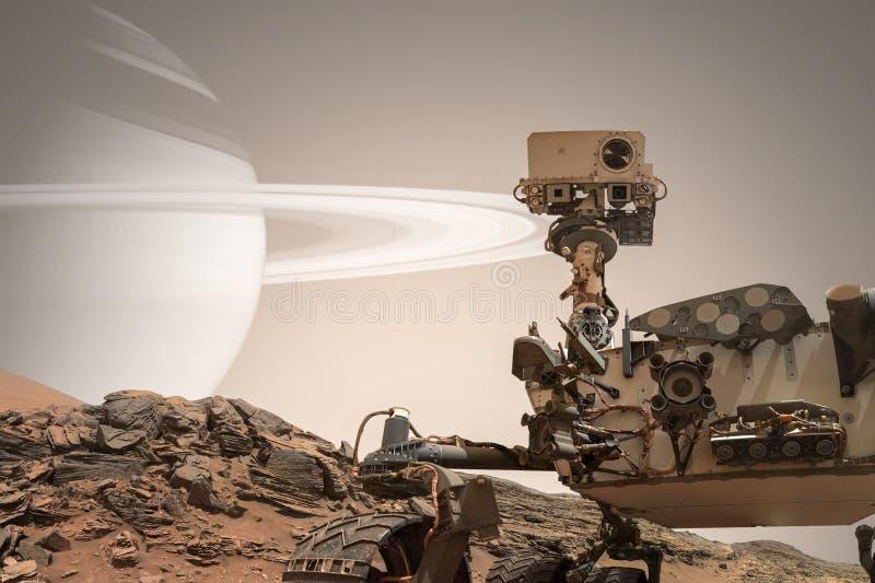 Curiosidade Marte Rover que explora a superfície do planeta vermelho imagem de stock