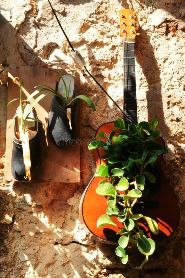 Curiosidades no acre, no Akko, nas botas e nas sapatas, bolsas, como os potenciômetros de flor, projeto exterior e decoração, em  foto de stock