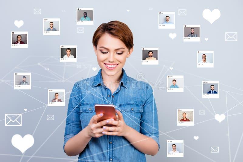 Curioso interesado de la foto ascendente cercana ella su parte del teléfono de la señora consiguió al amante del SMS que el repos ilustración del vector