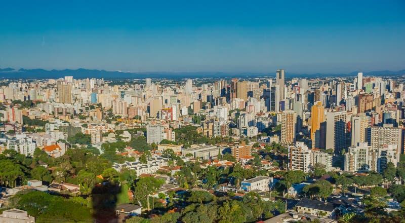 CURITIBA, БРАЗИЛИЯ - 12-ОЕ МАЯ 2016: славный взгляд некоторых зданий в городе, голубое небо как предпосылка стоковые фотографии rf