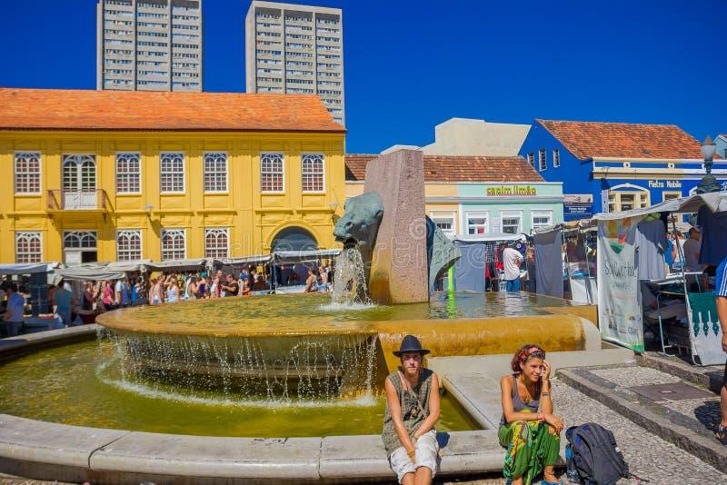 CURITIBA, BRASIL - 12 DE MAIO DE 2016: os povos não identificados que sentam-se na fonte limitam, localizado no centro do mercado imagem de stock royalty free