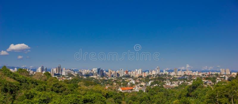 CURITIBA, BRASIL - 12 DE MAIO DE 2016: vista panorâmica da cidade de um parque da cidade situado na vizinhança do alegre da vista fotos de stock