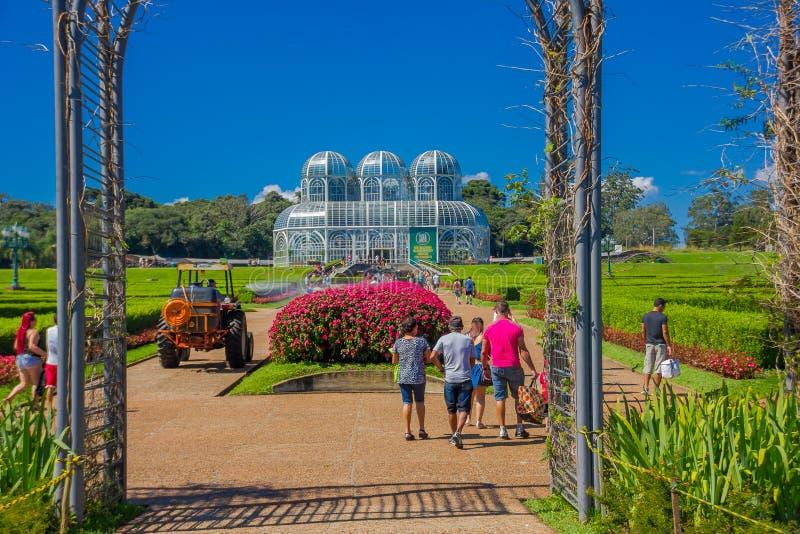 CURITIBA, BRASILE - 12 MAGGIO 2016: entrata al giardino botanico del curitiba ed al palazzo di vetro come fondo immagine stock libera da diritti
