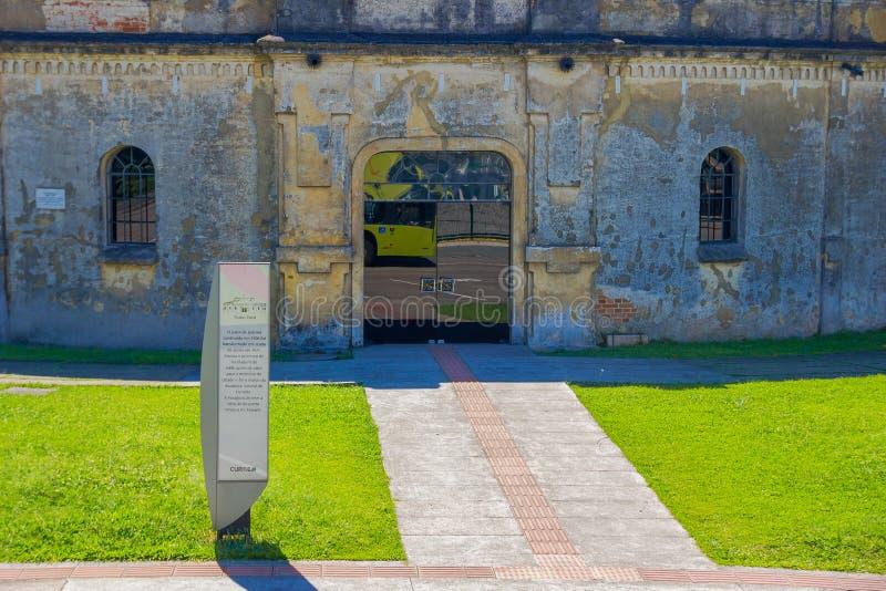 CURITIBA, BRASILE - 12 MAGGIO 2016: l'entrata del teatro di paiol, builded nel 1874 originalmente è stata sviluppata come fortifi fotografia stock libera da diritti