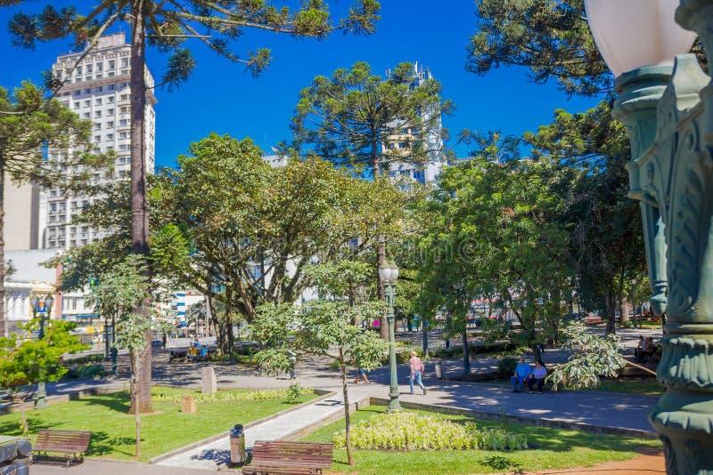 CURITIBA, BRAZILIË - MEI 12, 2016: sommige mensen die bij een park in van de binnenstad van de stad ontspannen royalty-vrije stock foto