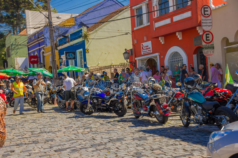 CURITIBA, EL BRASIL - 12 DE MAYO DE 2016: la gente no identificada lokking a algunas motocicletas parqueó en la calle cerca del fotos de archivo libres de regalías