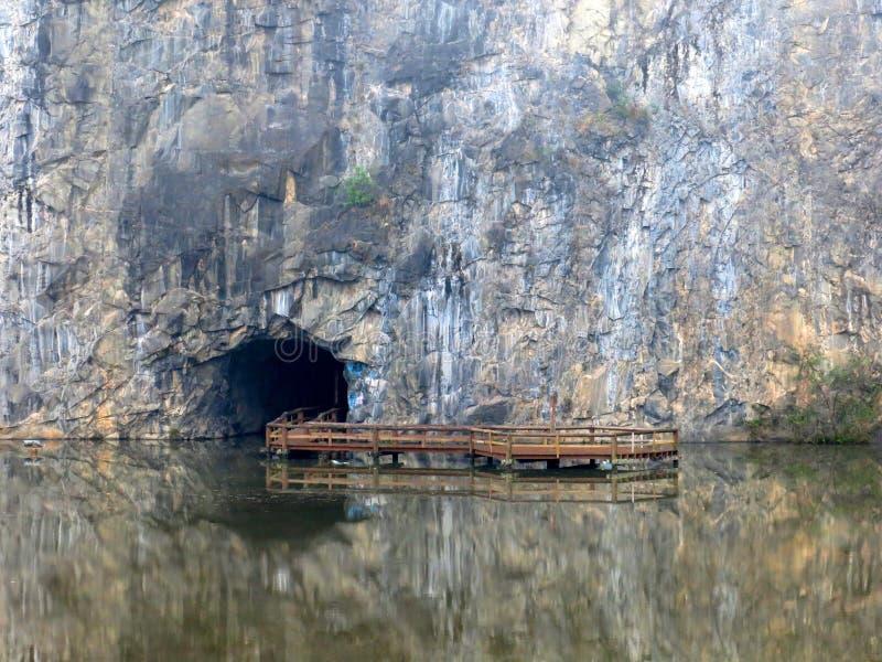 Curitiba grotta sjön parkerar arkivbild