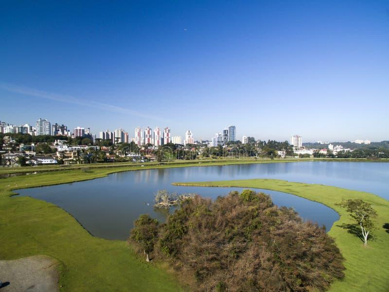 Curitiba, Paraná, el Brasil - julio de 2017 Parque de Barigui de la visión aérea fotos de archivo libres de regalías
