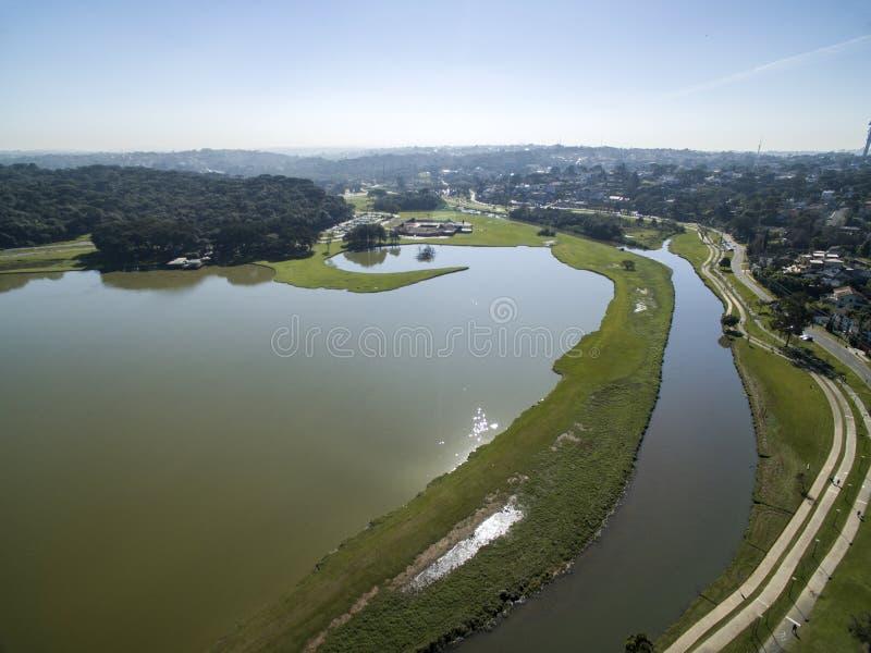 Curitiba, Paraná, el Brasil - julio de 2017: Parque de Barigui de la visión aérea foto de archivo