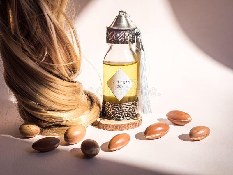 Curll włosy złoty włosy i dekoracyjna butelka z żelazem embossed w tradycyjnym marokańczyku projektujemy z cennym marokańcz obraz stock