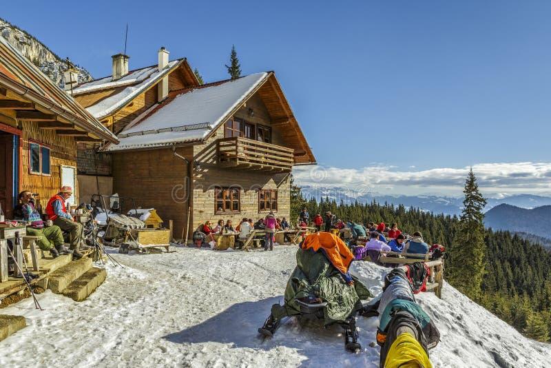 Curmatura瑞士山中的牧人小屋, Piatra Craiului,罗马尼亚 免版税库存照片