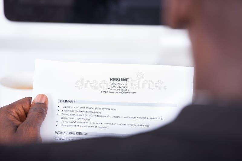 Curriculum vitae de la lectura de la persona imagen de archivo libre de regalías