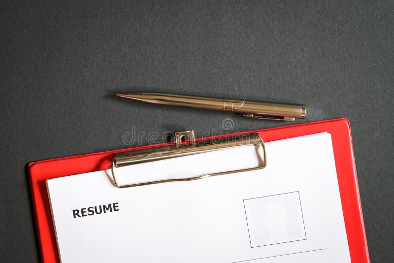 Curriculum vitae encima del escritorio de oficina fotografía de archivo