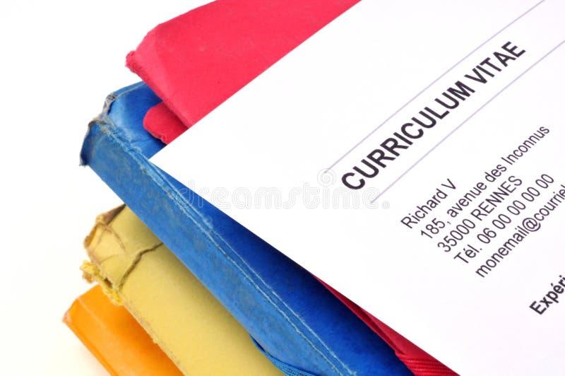 Curriculum vitae escrito no francês colocado em uma pilha dos arquivos ilustração royalty free
