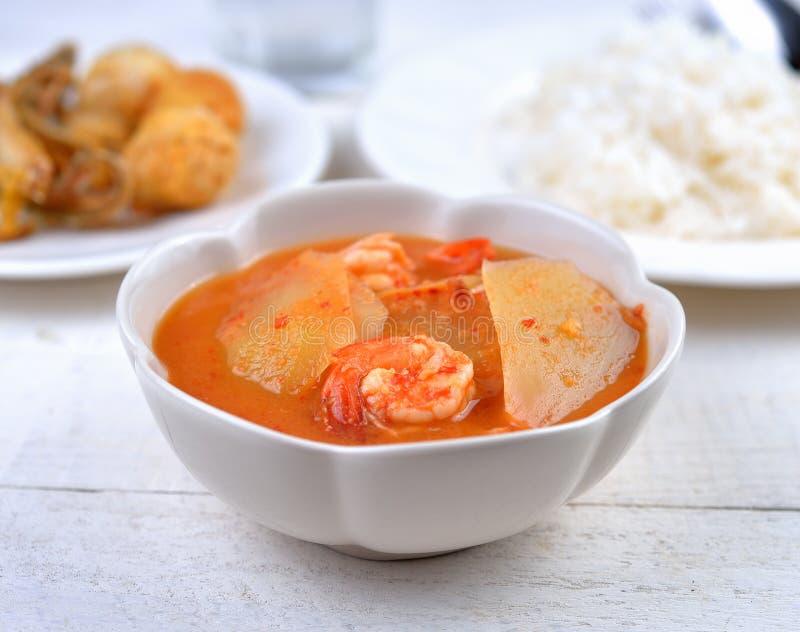 Curry amargo con la papaya y el camarón, comida tailandesa imagenes de archivo
