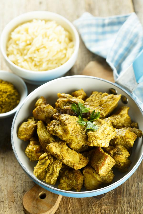 Curry casalingo del pollo servito con riso fotografia stock libera da diritti