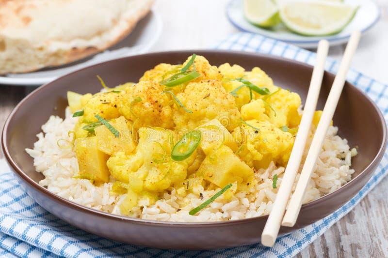 Curry con la coliflor y el arroz fotografía de archivo