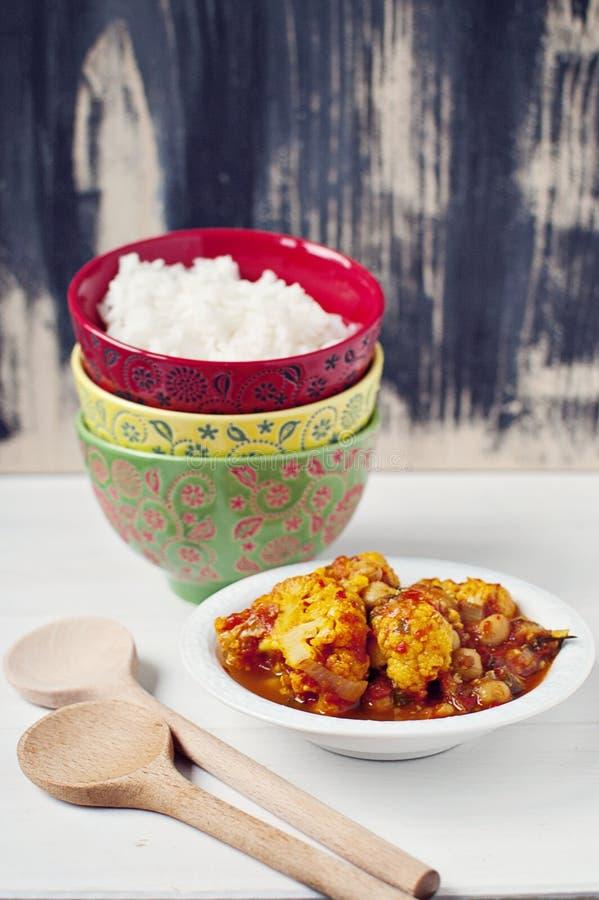 Curry de la coliflor con el arroz blanco imagenes de archivo