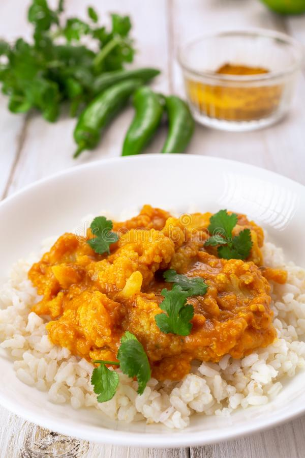 Curry de la coliflor y de la lenteja servido con arroz fotografía de archivo libre de regalías
