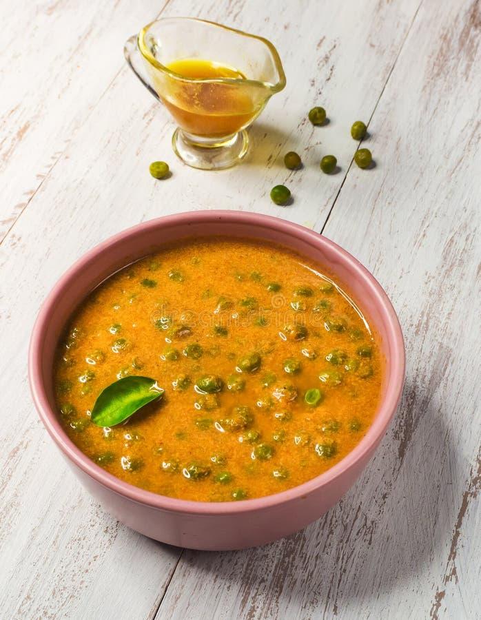 Curry de los guisantes verdes Indio del norte de Matar Masala, cocina del Punjabi Comida vegetariana imagenes de archivo