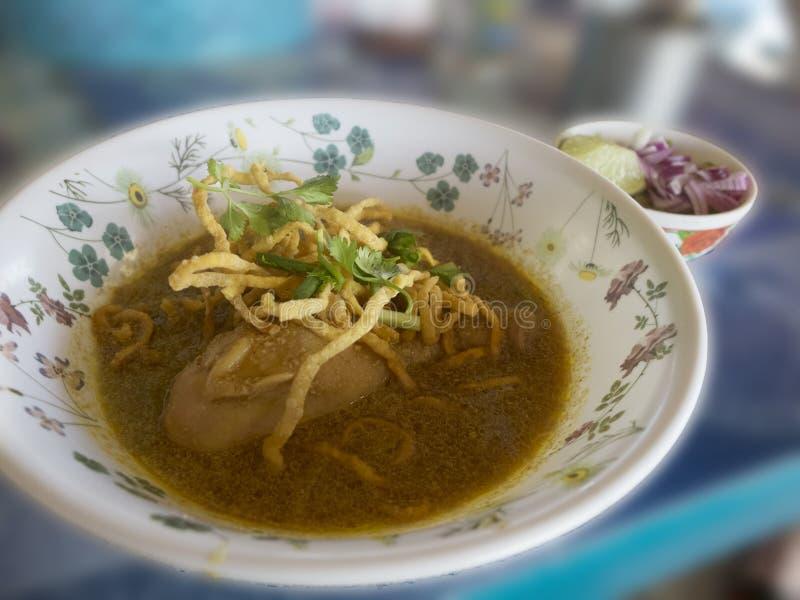Curry de los tallarines de la comida y tallarines quebradizos con el acompañamiento fotos de archivo