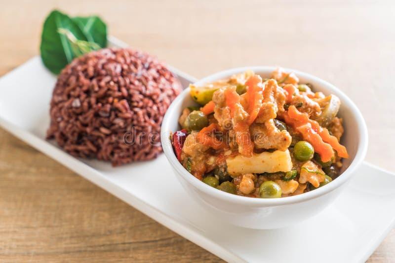 Curry de Panaeng con arroz del cerdo y de la baya foto de archivo libre de regalías