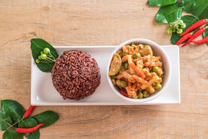 Curry de Panaeng con arroz del cerdo y de la baya imágenes de archivo libres de regalías