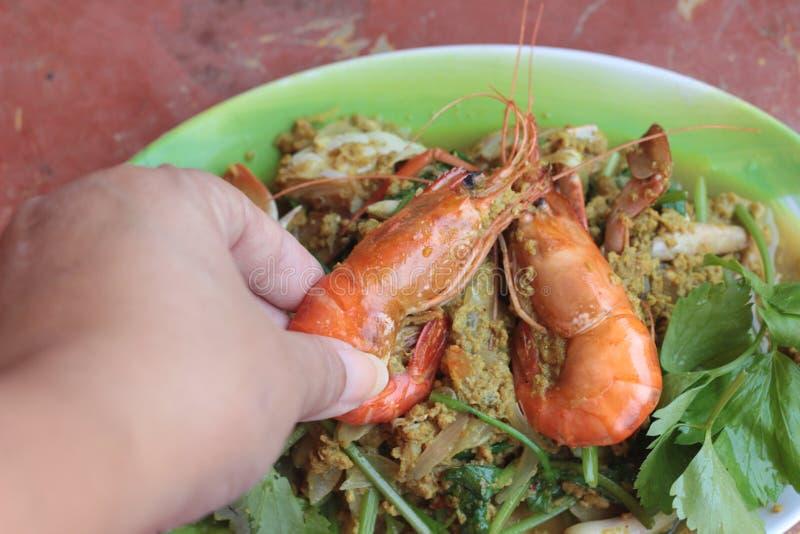 Curry del camarón - camarón frito con el polvo de curry en plato imagenes de archivo