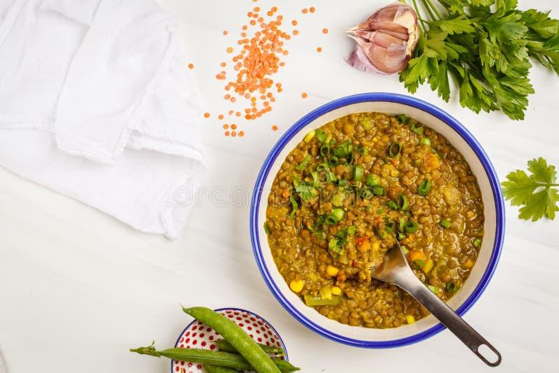 Curry della lenticchia, cucina indiana, tarka dal, fondo bianco, v superiore fotografie stock libere da diritti