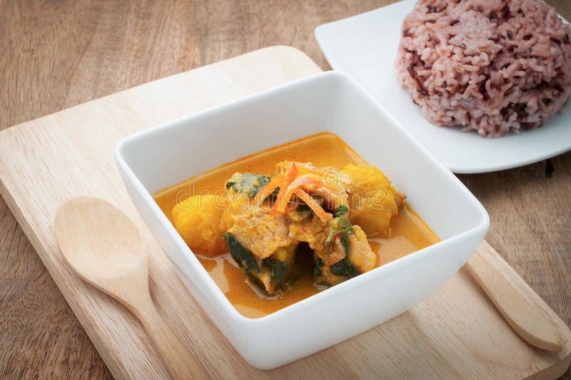 Curry della zucca con carne di maiale Alimento piccante tailandese fotografia stock libera da diritti