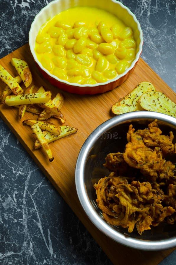 Curry'ego gnocchi z bhajjis i piec grulą zdjęcie royalty free
