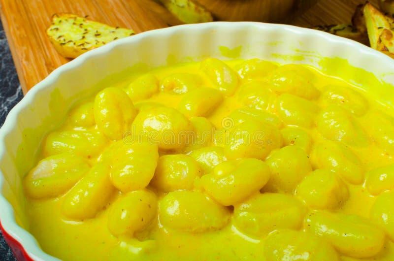 Curry'ego gnocchi z bhajjis i piec grulą zdjęcie stock