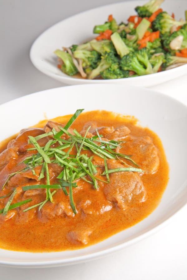 Curry'ego kurczak z warzywami, sma??cy broku?y fotografia royalty free