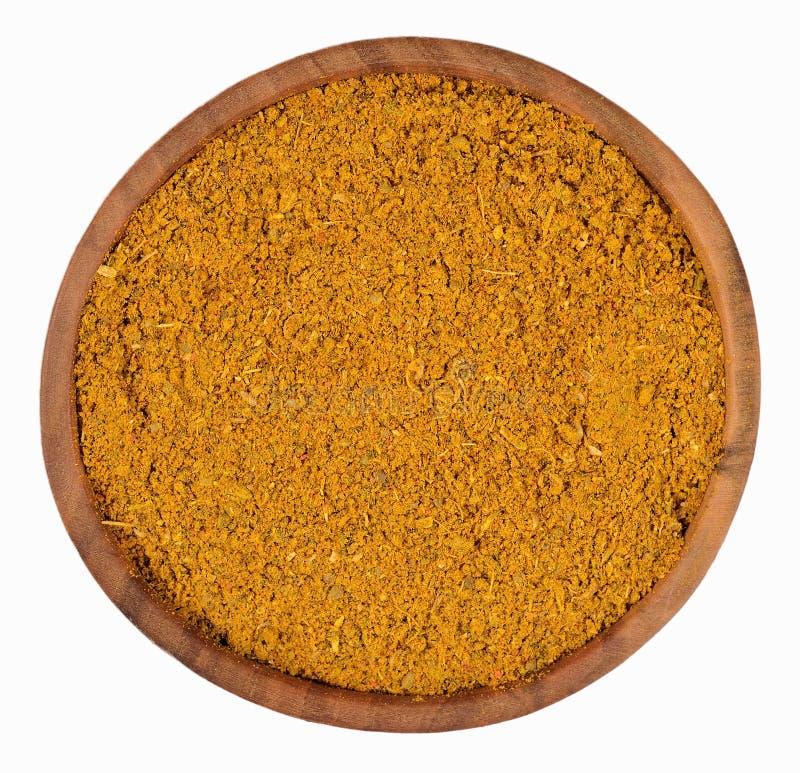 Curry i en träbunke på en vit royaltyfri foto